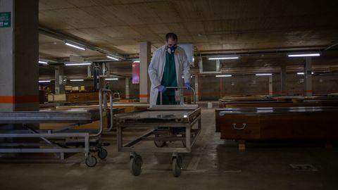 Un trabajador en un tanatoriode Collserola, en Cataluña