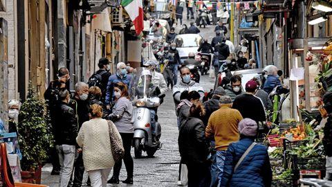 En Nápoles hay calles en las que no es sencillo guardar la distancia social