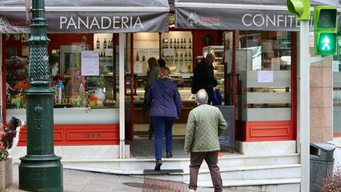 Colas en una panadería de la calle Pintor Colmeiro de Vigo
