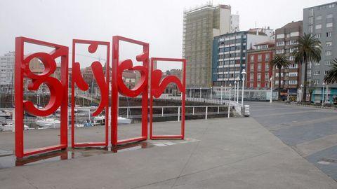 Aspecto que presenta el jueves santo el puerto deportivo de Gijón durante el estado de alarma por la pandemia