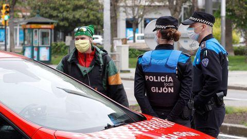 La Policía Local de Gijón controla las calles