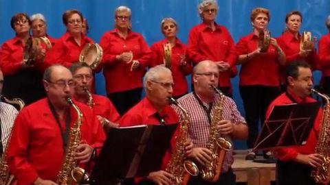 Una vez al mes los alumnos de música suelen reunirse bajo la dirección del profesor Fran Cupeiro