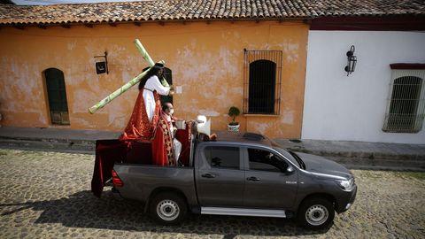 Jesús Nazareno cargando la cruz este Viernes Santo por las principales calles de El Salvador en coche, como una manera alternativa a las tradicionales procesiones de la Semana Santa