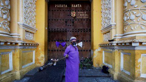 En Antigua Guatemala las iglesias fueron rodeadas con cintas de alejamiento para evitar aglomeraciones. Las procesiones fueron canceladas