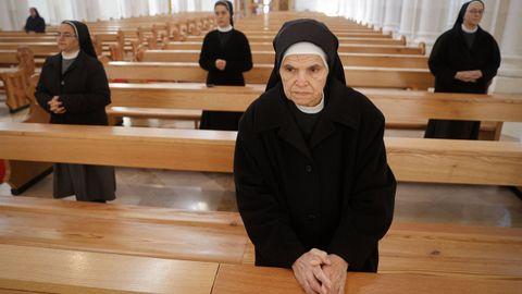 Monjas de una congregación de Kosovo guardan la distancia recomendada durante los oficios de Viernes Santo
