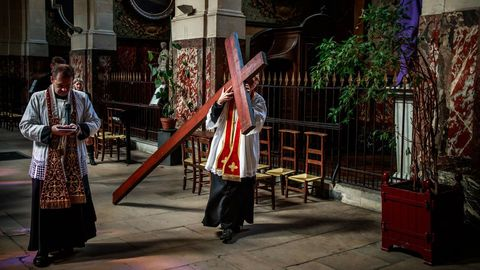 Procesión de Viernes Santo en una iglesia parisinia
