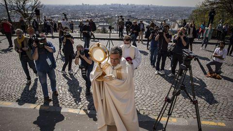 El arzobispo Aupetit habla a los medios de comunicación antes de realizar una bendición del Jueves Santo frente a la basílica del Sagrado Corazón de París