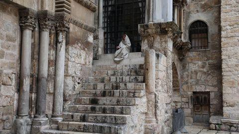 Un adorador reza ante la iglesia del Santo Sepulcro este Jueves Santo en Jerusalén