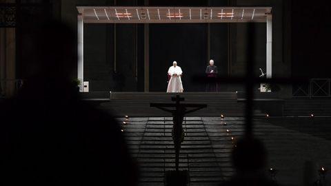 El Papa Francisco presidió el Via Crucis en una Plaza de San Pedro vacía