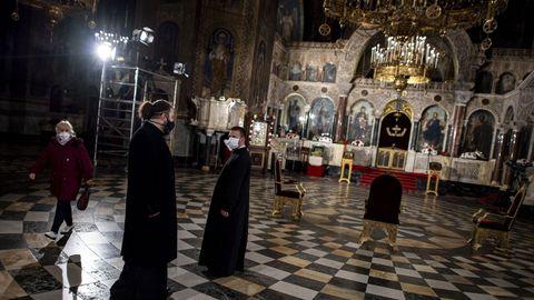 Sacerdotes ortodoxos llevan mascarillas en la catedral de St. Alexander Nevski, en Sofía