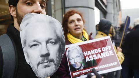 Activistas pidiendo la liberación de Assange en Bruselas
