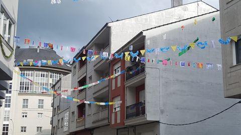 A veciñanza de Sarria adornou rúas e balcóns para facer máis agradable o confinamento