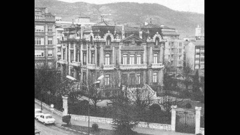 Palacio del marqués de Aledo, que estaba en la plaza de San Miguel, poco tiempo antes de ser derribado