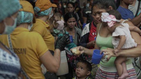 Emigrantes venezolanos reciben comida y ayuda humanitaria en Cucuta, Colombia