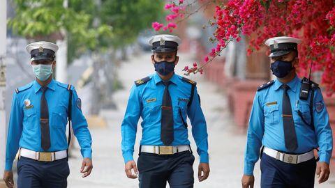 Policías con mascarilla patrullan las calles de Kathmandu, Nepal