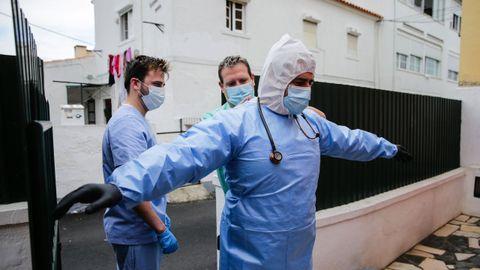 Un equipo de paramédicos que entrega kits de pruebas de detección a los residentes en Cascais (Portugal) para descubrir si una persona ha estado expuesta al nuevo coronavirus