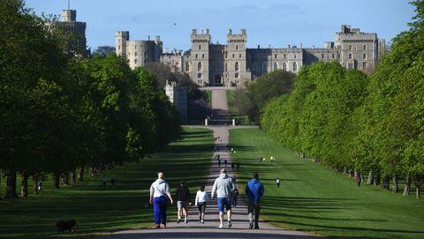 Gente paseando con normalidad en las inmediaciones del Castillo de Windsor, Reino Unido