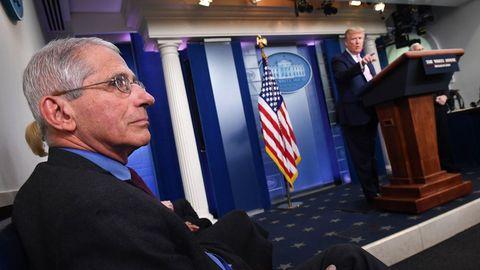 El doctor Anthony Fauci escucha a Trump, durante la rueda prensa diaria