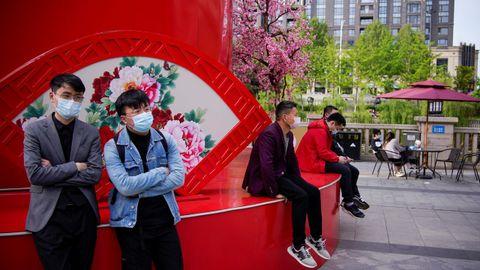 Gente en la calle, la normalidad vuelve a las calles de Wuhan, China