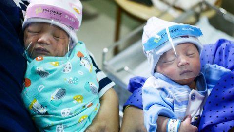 Dos recién nacidos protegidos con máscaras en un hospital de Jakarta, Indonesia