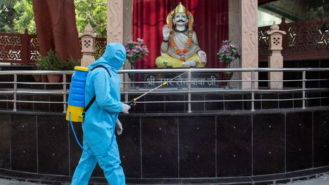 Un operario limpia un crematorio en Nueva Delhi, India, para evitar la propagación del coronavirus