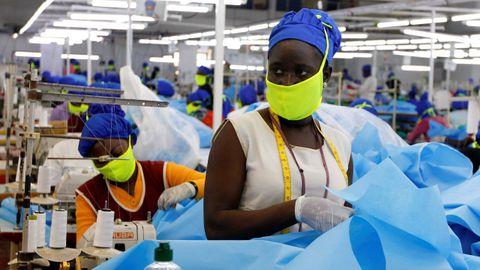Trabajadoras de una empresa textil confeccionan ahora  mascarillas y equipos de proteccion en Nairobi, Kenia