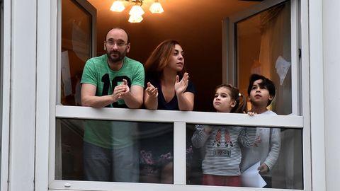 Familia durante el aplauso sanitario de las 20 horas en el barrio de O Castrillón, en A Coruña