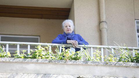 Tareixa Campo y otros de sus vecinos en Lugo entonan el himno gallego como particular «Resistiré» desde sus balcones