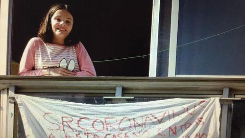Una joven arousana con un mensaje de ánimo frente a la pandemia