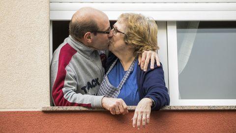 El día internacional del beso fue el 13 de abril y esta pareja carballesa lo celebró abriendo la persiana