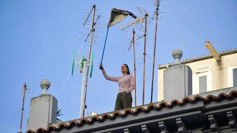 En lo alto de este edificio de la plaza de Vigo, en A Coruña, también se planta cara al confinamiento