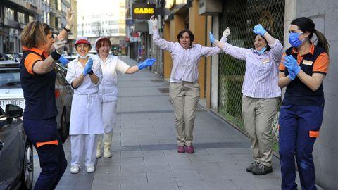 Empleados de un supermercado en A Coruña animan el aplauso sanitario durante su jornada