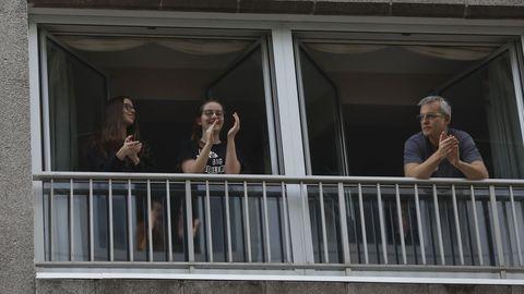 Esta familia aplaude a los sanitarios desde su piso en Santiago