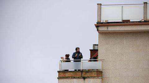 Aplausos a los sanitarios desde un balcón de Monforte