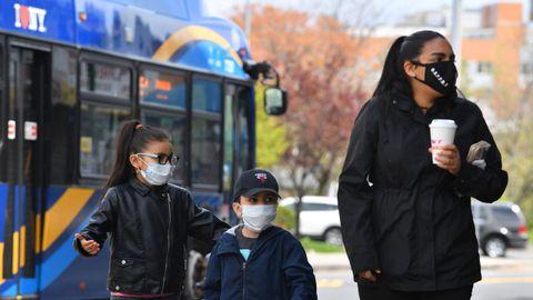 El distrito de Queens, en Nueva York, se ha convertido en el epicentro del epicentro del brote de coronavirus. Sus habitantes mantienen la distancia social y usan máscaras protectoras