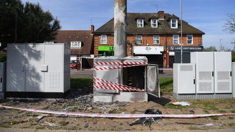 Base de una antena de tecnología 5G quemada cerca de Londres