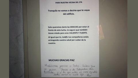 Cartel de agradecimiento a una enfermera de la UCI del HUCA colgado por sus vecinos, en Colloto