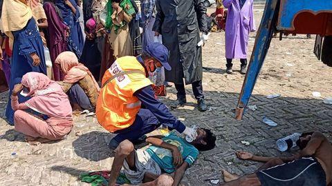 Los inmigrantes rohinyá reciben los primeros auxilios y alimentos después de ser rescatados cerca de Cox's Bazar