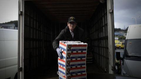 Epi, otro de los voluntarios, se encarga de conducir el furgón y acomodar finalmente la carga