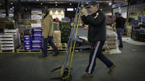 Rubén, uno de los voluntarios de la entidad, comienza el recorrido por las instalaciones del mercado en busca de donaciones.
