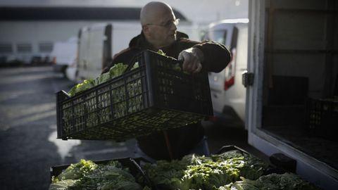 El responsable de Fonte de Vida carga alimentos donados en el Mercado de Frutas