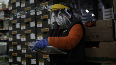 Trabajadora de una de las empresas del mercado con los elementos de protección contra el coronavirus