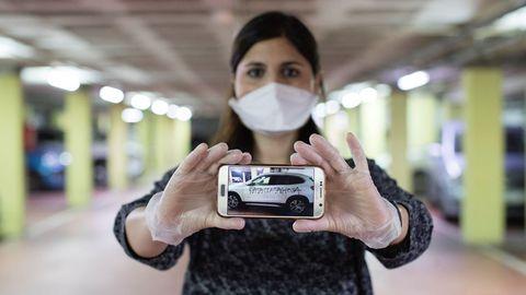 La ginecóloga Silvana Bonino muestra la pintada realizada en su coche