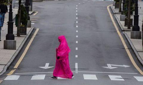 Una mujer camina por la avenida de Pumarín de Oviedo durante el trigésimo sexto día de confinamiento del primer estado de alarma