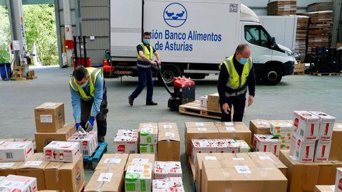 Voluntarios del Banco de Alimentos de Asturias trabajan en el almacén que tienen en el polígono de Argame en Oviedo