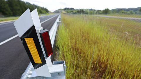REFLECTORES. Este es uno de los sistemas empleados por la Xunta en una carretera de Lugo para que la luz de los coches se refleje hacia los jabalíes y estos se asusten