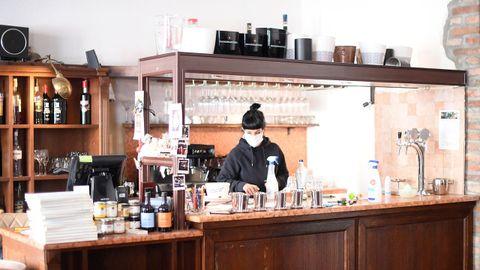 Los empleados de un restaurante en Milán desinfectan el establecimiento