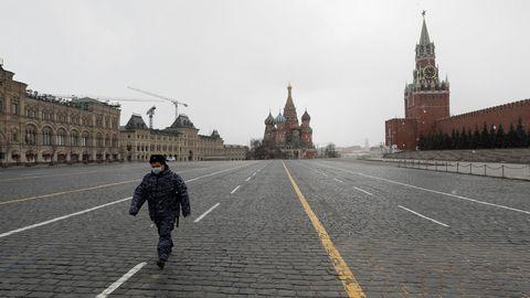 Un policía camina por la Plaza Roja moscovita