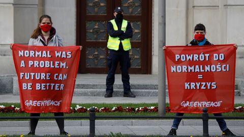 Activistas medioamibentales protestan en Polonia para reclamar medidas para cuidar a la ciudadanía y el medio ambiente, en vez de priorizar la economía