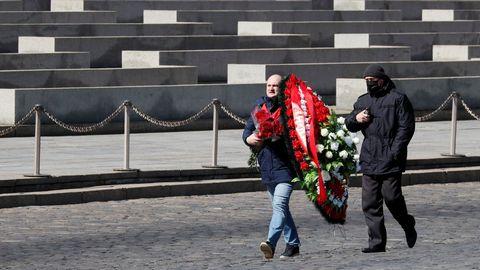 Partidarios del Partido Comunista llevan una corona de flores al mausoleo de Lenin en su 150 aniversario